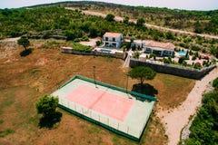 Der private Tennisplatz am Landhaus durch das Meer, Montenegro, Anzeige Lizenzfreie Stockfotos