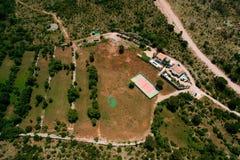Der private Tennisplatz am Landhaus durch das Meer, Montenegro, Anzeige Lizenzfreies Stockfoto