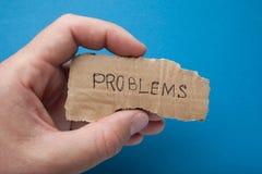 Der Probleme des Wortes 'auf einem Stück Pappe in der Hand lizenzfreie stockfotos