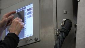 Der Programmierer konfiguriert das berechnen-Betriebssystem auf dem Armaturenbrett stock footage