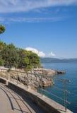 Promenade von Krk Stadt, Krk Insel, Kroatien Stockbilder
