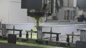 Der Prozess der Bohrung von Teilen mit Flüssigkeitskühlung auf einer großen Werkzeugmaschinenanlage stock video