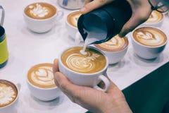 Der Prozess der Herstellung des Kaffees Stockbilder