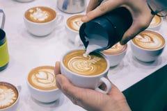 Der Prozess der Herstellung des Kaffees Lizenzfreie Stockbilder