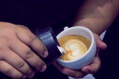 Der Prozess der Herstellung des Kaffees Lizenzfreies Stockfoto