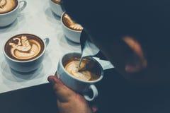 Der Prozess der Herstellung des Kaffees Lizenzfreie Stockfotografie