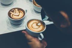 Der Prozess der Herstellung des Kaffees Stockbild