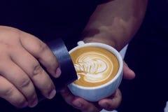 Der Prozess der Herstellung des Kaffees Stockfotos