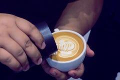 Der Prozess der Herstellung des Kaffees Stockfoto