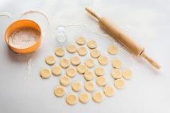 Der Prozess der Herstellung von Mehlklößen Haupt set ukraine Stockbild