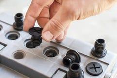 Der Prozess der Prüfung der Autobatterie Stockfoto