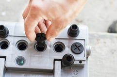 Der Prozess der Prüfung der Autobatterie Stockbilder
