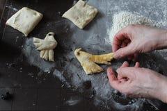Der Prozess der selbst gemachten Keksherstellung lizenzfreies stockfoto