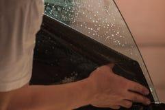 Der Prozess des Abtönens des Glases eines Autos Lizenzfreies Stockbild
