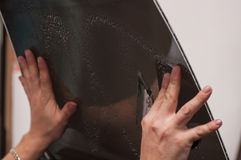 Der Prozess des Abtönens des Glases eines Autos Stockfotografie