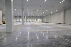 Der Prozess des Baus und Produkteinführung einer großen Logistikmitte, seiner internen Füllung und des Vollendens stockbild