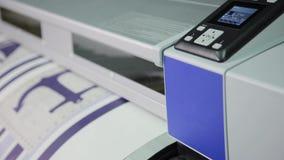 Der Prozess des Druckens auf einem Drucker des großen Formats Druck der Tapete auf Produktion stock footage