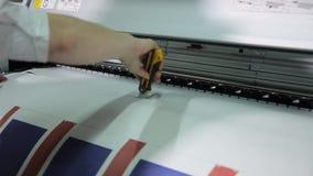 Der Prozess des Druckens auf einem Drucker des gro?en Formats Druck der Tapete auf Produktion stock video