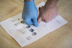 Der Prozess des Erhaltens von Proben von Fingerabdruckhänden für weitere Studie Lizenzfreie Stockfotografie
