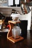 Der Prozess des Kaffees brauend im pourover auf hölzerner Kaffeestation stockfotografie