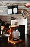 Der Prozess des Kaffees brauend im pourover auf hölzerner Kaffeestation lizenzfreie stockbilder