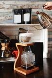 Der Prozess des Kaffees brauend im pourover auf hölzerner Kaffeestation stockfoto