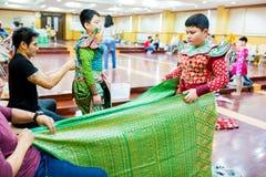 Der Prozess des Kleidens der thailändischen Pantomime für die Schauspieler mit der Hand nähend, reparierend stockbild