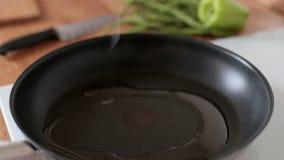 Der Prozess des Kochens Öl wird in die Wanne gegossen stock footage