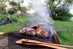 Der Prozess des Kochens des Grillhuhns auf dem Grill mangal stockfotos