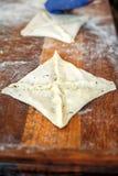 Der Prozess des Kochens von chebureks auf großer Bratpfanne stockfotos