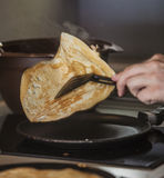 Der Prozess des Kochens von Pfannkuchen auf einer Bratpfanne Stockfotos