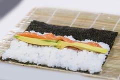 Der Prozess des Kochens von Sushi, flacher DOF Stockfotografie
