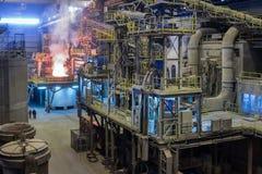 Der Prozess des Schmelzens von steell in der metallurgischen Anlage Lizenzfreie Stockfotos
