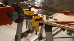 Der Prozess des Schnitts des Keramikziegels stock video footage
