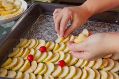 Der Prozess des Vorbereitens des Apfelkuchens Lizenzfreie Stockfotos
