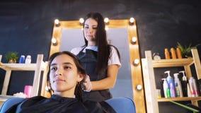 Der Prozess der Haarwiederherstellung im Schönheitssalon stock video