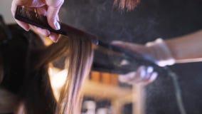 Der Prozess der Haarwiederherstellung im Schönheitssalon stock footage