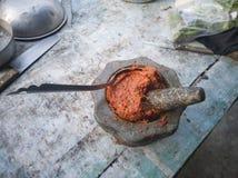 Der Prozess der Herstellung von Fried Fish Cakes im Mörser lizenzfreie stockbilder