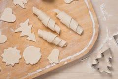Der Prozess der Herstellung von von Ingwerplätzchen und -bageln stockfotografie