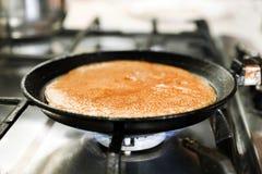 Der Prozess der Herstellung von Pfannkuchen Stockfotos