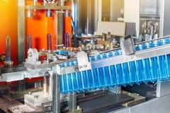 Der Prozess der Herstellung von Plastikbehältern lizenzfreie stockbilder