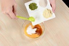 Der Prozess Mond-Kuchen- und Mungobohnegebäcks des Chefs des selbst gemachten kochenden durch das Addieren von Eiern Lizenzfreies Stockbild