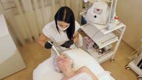 Der Prozess der Nichteinspritzung mesotherapy im Badekurort stock video