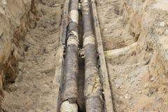 Der Prozess der Reparatur der Heizungsrohre im Boden lizenzfreies stockbild