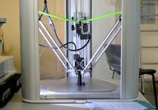 Der Prozess von Arbeits- Drucker 3D und von Schaffung eines dreidimensionalen Gegenstandes Lizenzfreies Stockfoto