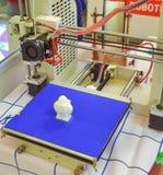 Der Prozess von Arbeits- Drucker 3D und von Schaffung eines dreidimensionalen Gegenstandes Lizenzfreie Stockfotografie