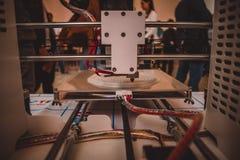 Der Prozess von Arbeits- Drucker 3D und von Schaffung eines dreidimensionalen Gegenstandes Lizenzfreie Stockfotos