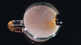 Der Prozess von einen großen Bierkrug von der Flasche mit Bier zum Ende von Anfang an füllen Schöne Farbe des Bieres stock video