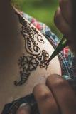 Der Prozess von Zeichnung mendi Fokus auf der Tätowierung Lizenzfreie Stockfotografie