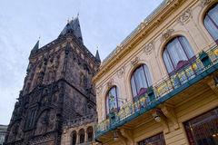 Der Pulver-Turm und das städtische Haus Stockfotografie